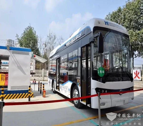 A hydrogen-powered bus stops by the first demonstration hydrogen station in Sichuan province. (Photo from chinabuses.com)