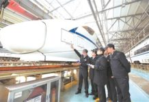 On-board machinists attend a training. (Photo from the official website of China Railway Corporation)