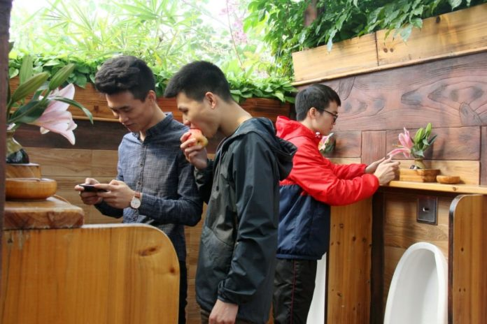 Photo taken on December 31, 2017 shows tourists have a rest at Changlu Tourism Leisure Expo Park in Foshan, southern Guangdong province. Toilets in the park were renovated and upgraded several years before, and they are now clean and odor-free. (Photo from CFP)