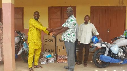Mr Mohammed presenting the items to Alhaji Atchulo