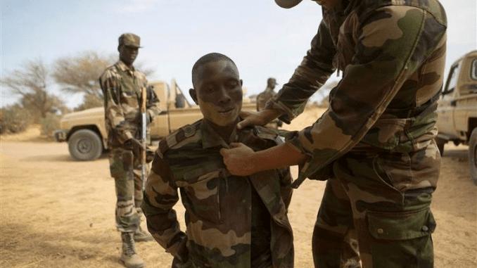 Nigerien soldiers practice apprehending a suspect. Photo : REUTERS