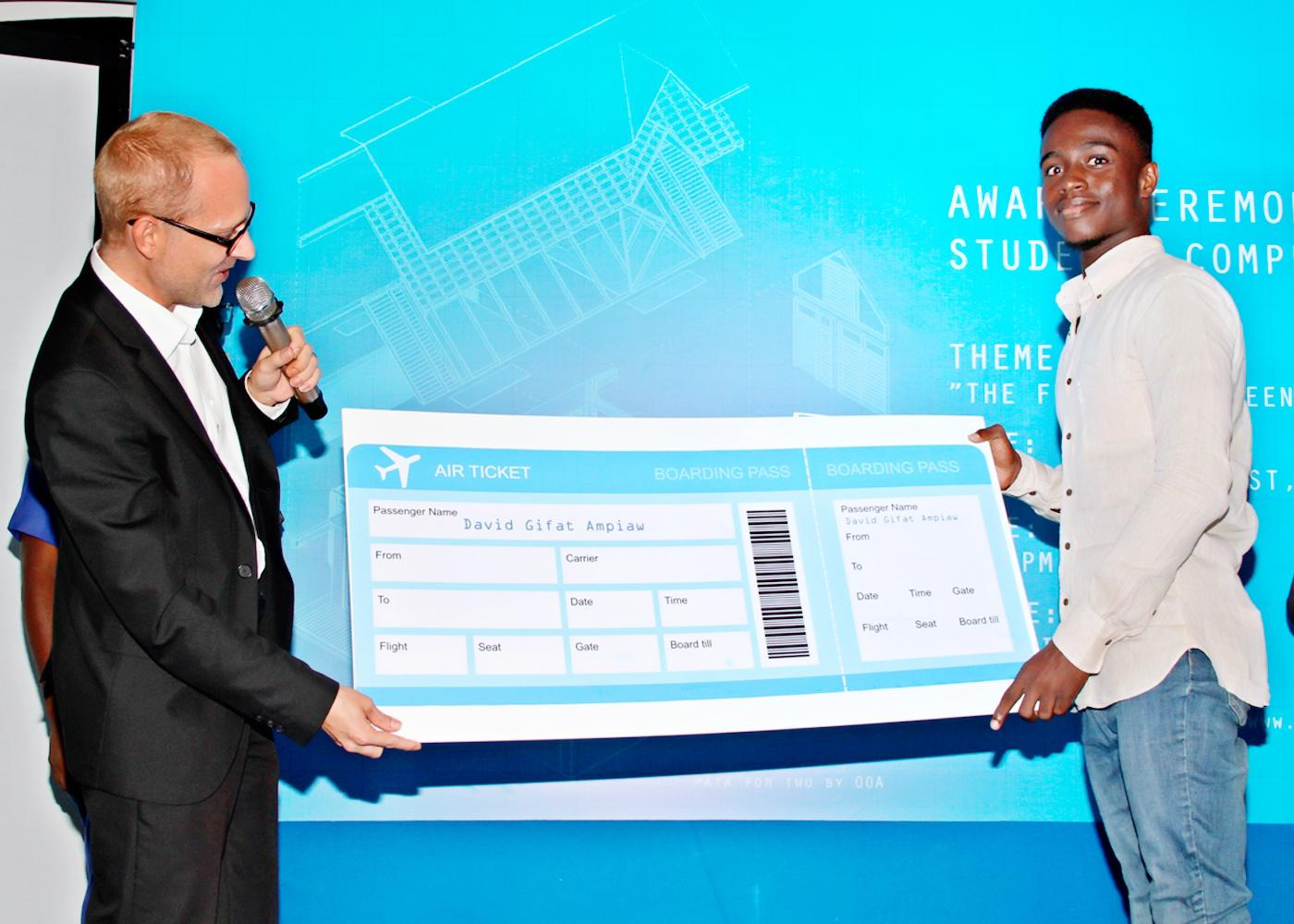Matthias Feldmann of SECO awarding prize to David Gifat Ampiaw
