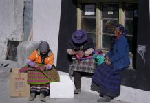 The picture shows the residents of the small town Gangga at the foot of Mount Everest sewing tourist souvenirs. (Photo by Xu Yuyao from People's Daily)