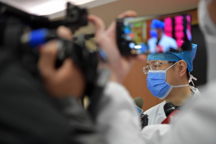 Doctor Xu Fei introduces the treatment of a patient at the First Affiliated Hospital of Nanchang University in Nanchang, east China's Jiangxi Province, Jan. 27, 2020. The patient of the novel coronavirus pneumonia has been cured and discharged from the First Affiliated Hospital of Nanchang University on Monday. He is the first coronavirus-infected patient that was cured in Jiangxi Province. (Xinhua/Peng Zhaozhi)