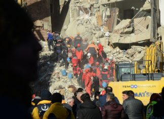 Rescue workers search for survivors in the rubble of a collapsed building after an earthquake hit Elazig, eastern Turkey, on January 25, 2020. - Rescue workers raced against time to find survivors under the rubble after a powerful earthquake claimed 22 lives and left more than 1,200 injured in eastern Turkey. (Photo by Ilyas AKENGIN / AFP)